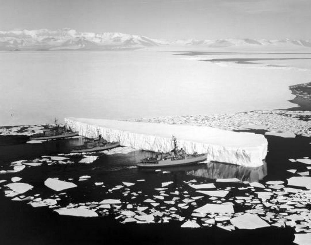 1965_harom_amerikai_jegtoro_tol_odebb_egy_jeghegyet_utban_az_antarktiszi_mcmurdo_bazis_fele.jpg