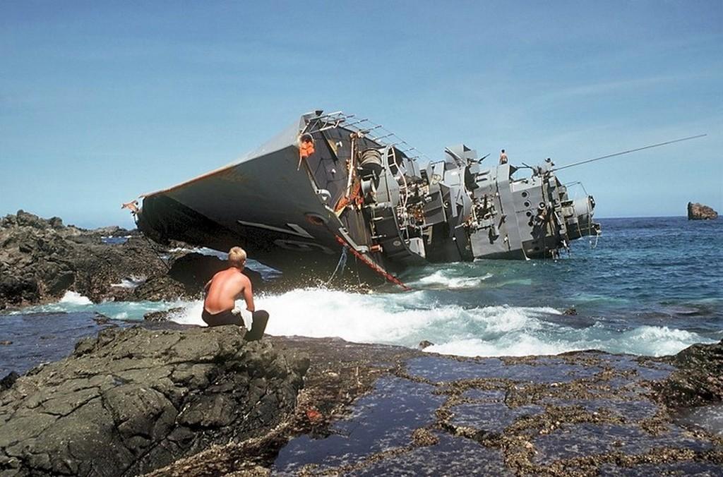 1981_a_fulop-szigeteki_haditengereszet_zaronyra_futott_es_oldalara_fordult_datu_kalantiaw_ps-76_kisero_romboloja_a_hajo_elvesztese_az_orszag_tengereszetenek_legsulyosabb_vesztesege.jpg