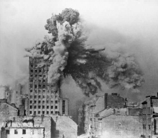 1944_a_varso_gettolazadas_leveresekor_nemet_aknavetok_omlasztjak_egy_magashaz_emeleteit_az_alatta_tartozkodokra.jpg