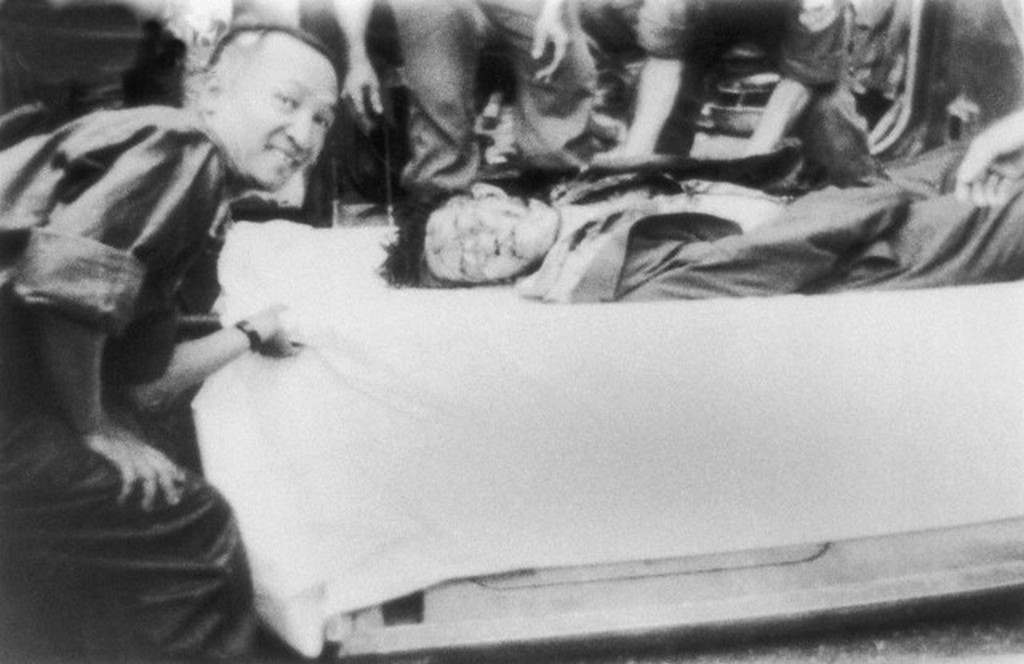 1963_ngo_dinh_diem_del-vietnam_elso_elnoke_a_diktatorikus_rendelkezesei_es_csaladi_mutyizasai_ellen_rendszeresen_tuntetok_koze_lovetett_tobb_izben_vegul_puccsal_tavolitottak_el_masnap_kivegeztek.jpg
