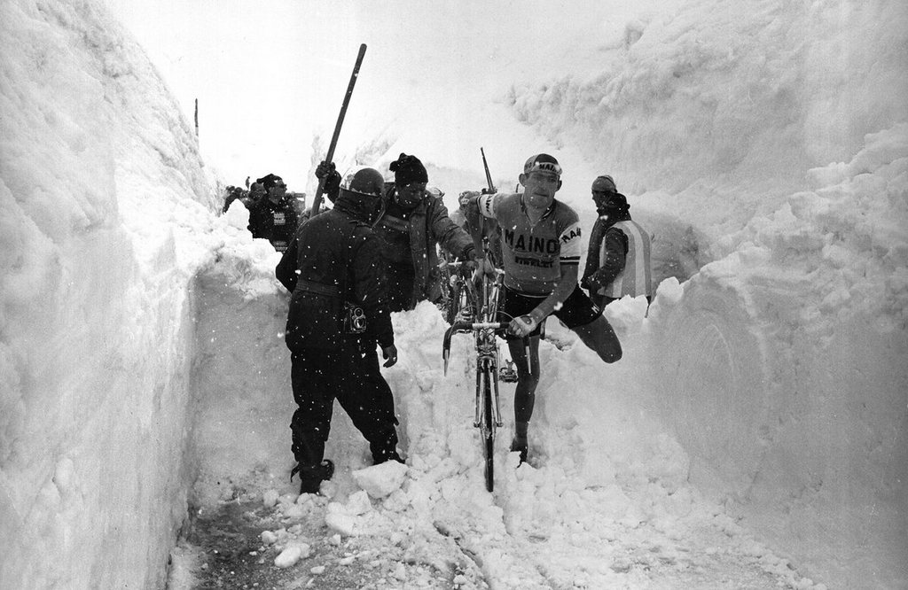 1965_ado_moser_olasz_kerekparos_a_giro_d_italia_magashegyi_reszen_egy_hoomlason_maszik_at_bringajaval.jpg