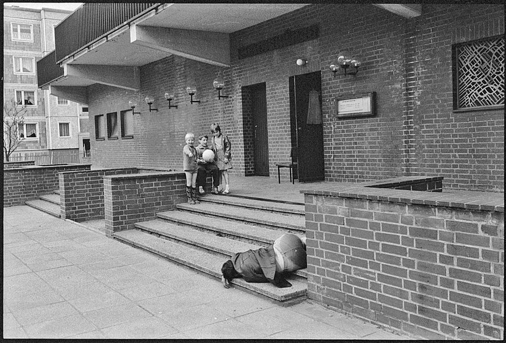 1985_kelet-nemetorszag_bernau_bei_berlin_gyerekek_reszeg_ferfin_nevetnek.jpg