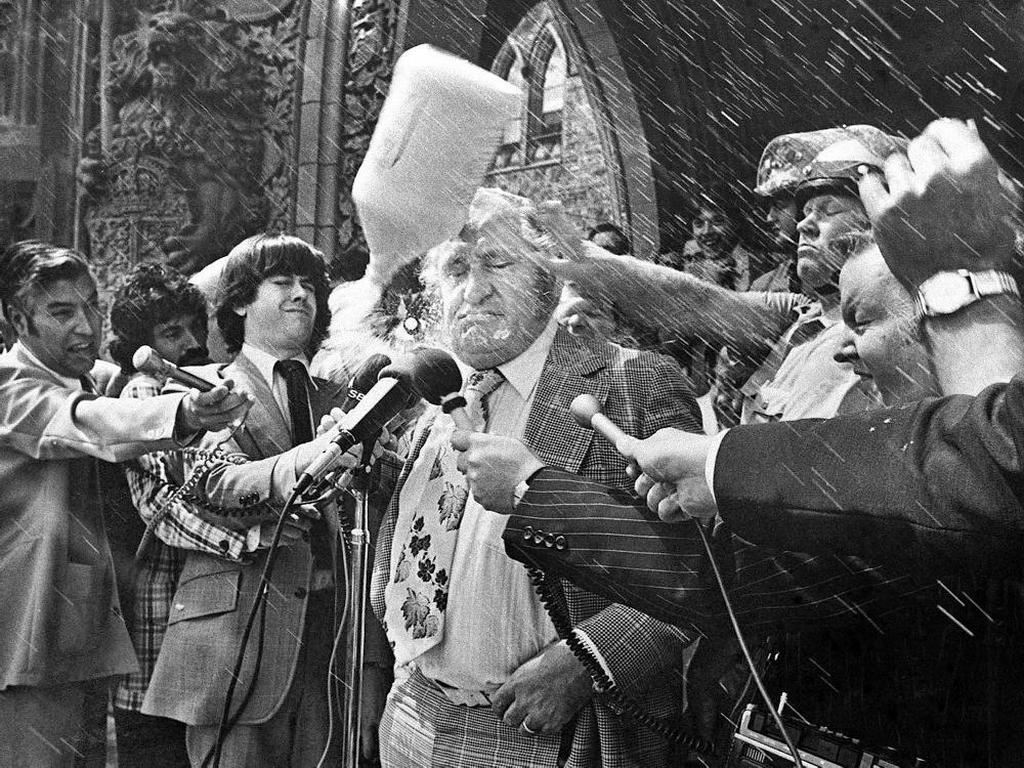 1976_a_kanadai_mezogazdasagi_miniszter_fejehez_muanyag_tejeskancsot_vagnak_felduhodott_farmerek.jpg