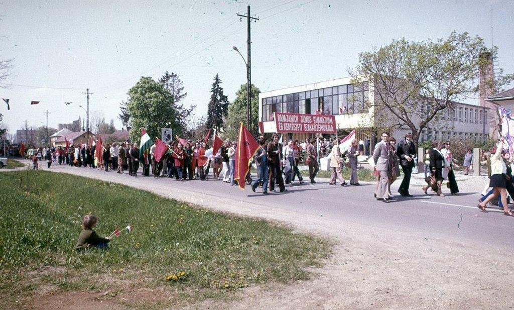 1980-as_evek_majus_1_nagykatan.jpg