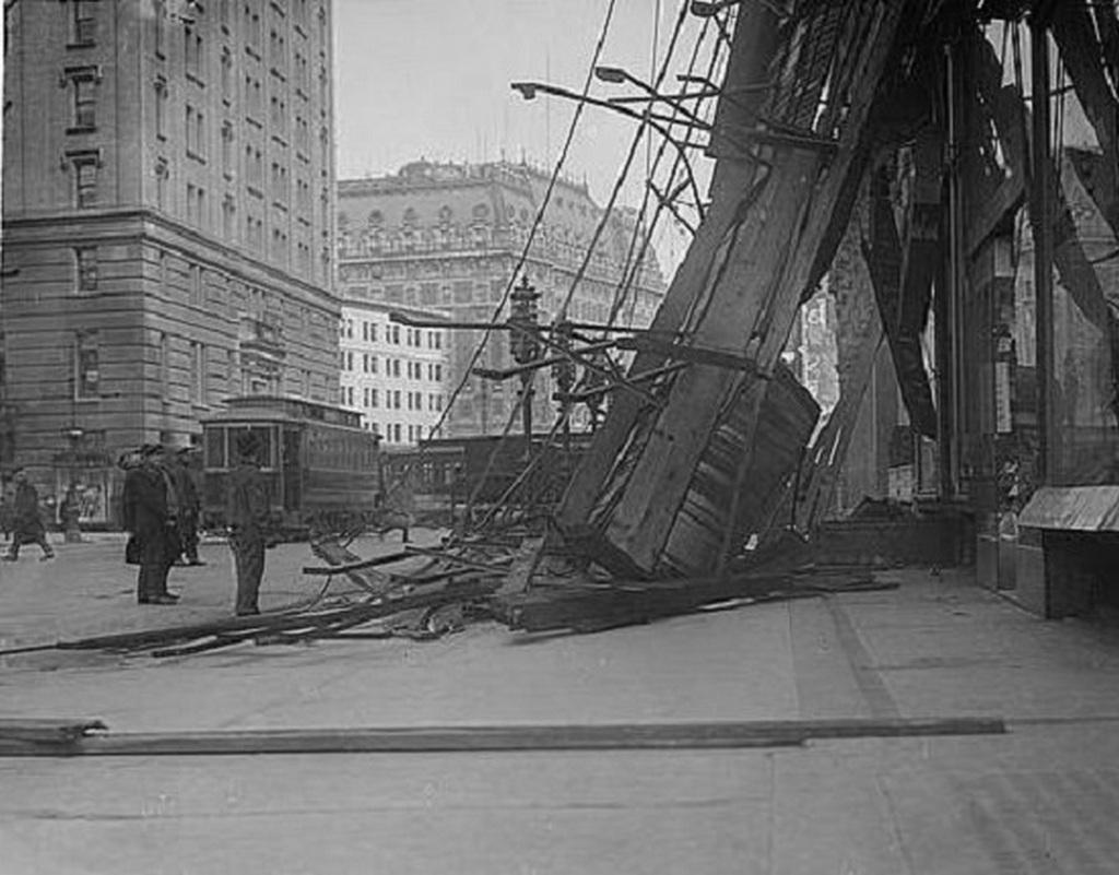 1912_a_times_square-en_az_egykori_hotel_astor_serult_homlozatanak_darabjai_egy_szelvihar_utan.jpg