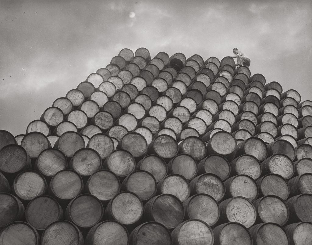 1940-es_evek_ecetes_hordok_piramisa_a_gyar_udvaran.jpg