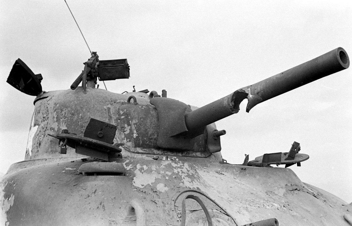 1944_kiegett_m4a1_sherman_tank_az_olasz_fronton_egy_randkivul_erdekes_talalattal_a_csoven.jpg