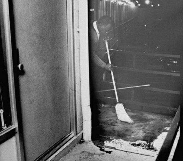 1968_a_martin_luther_king_elleni_merenylet_helyszinen_a_lorraine_motelben_tisztitjak_a_vert_a_folyoson.jpg