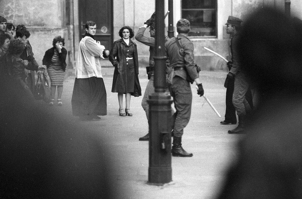 1982_egy_katolikus_pap_kesztet_hatralasra_egy_karhatalmi_egyseget_a_lengyel_szuksegallapot_idejen_akik_a_szolidaritas_mellett_demonstralo_civileket_bantalmaztak.jpg