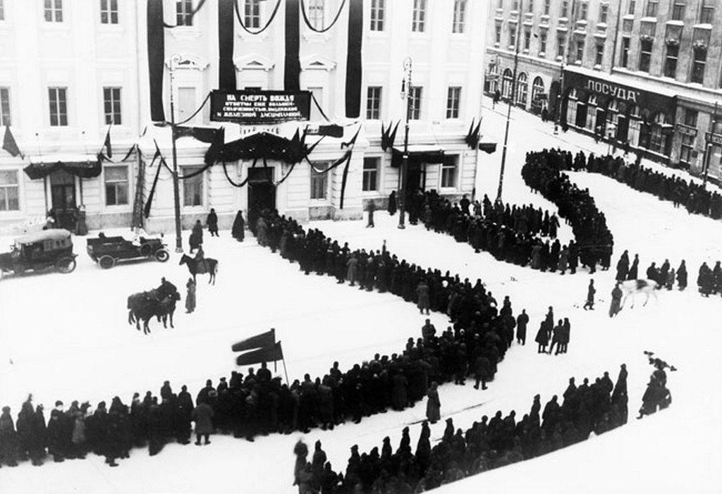 1924_januar_lenin_halal_utan_tomegek_alltak_sorba_hogy_elbucsuzzanak_a_kommunista_vezetotol.jpeg