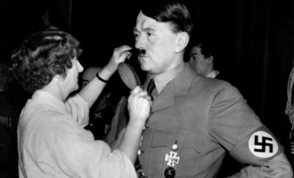 1938_adolf_hitler_viaszfigurajan_az_utolso_simitasokat_vegzik_a_londoni_madame_tusseaud_viaszmuzeumban.jpeg