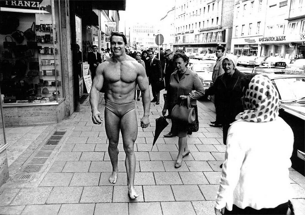 1967_arnold_munchen_utcain_egy_testepito_szalont_reklamoz.jpeg