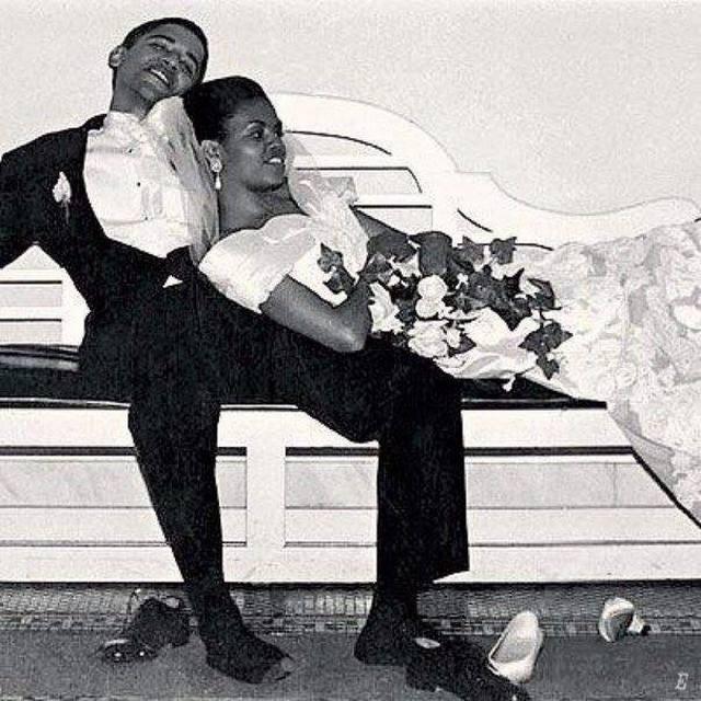 1992_barack_obama_es_michelle_robinson_eskuvojuk_ejszakajan_lyukasra_tancolt_zokniban.jpeg