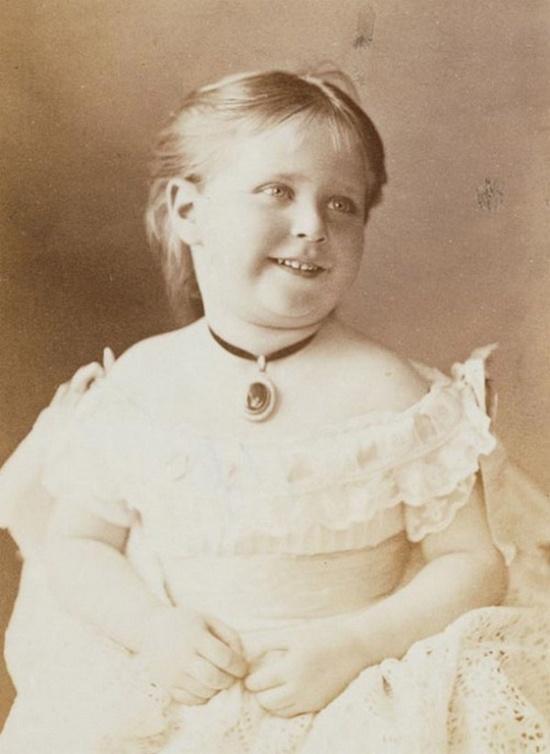 1876_aliz_hesseni_hercegno_kesobb_ii_miklos_car_felesege_a_bolsevikok_ferjevel_es_gyermekeivel_egyutt_1918-ban_kivegeztek.jpeg