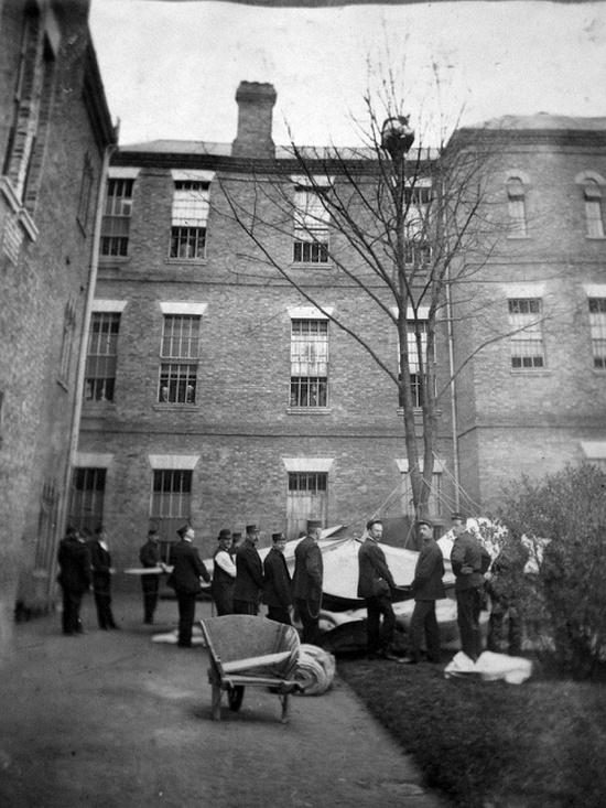 1895_egy_londoni_pszichiatrian_egy_beteget_probalnak_lehozni_a_farol.jpeg