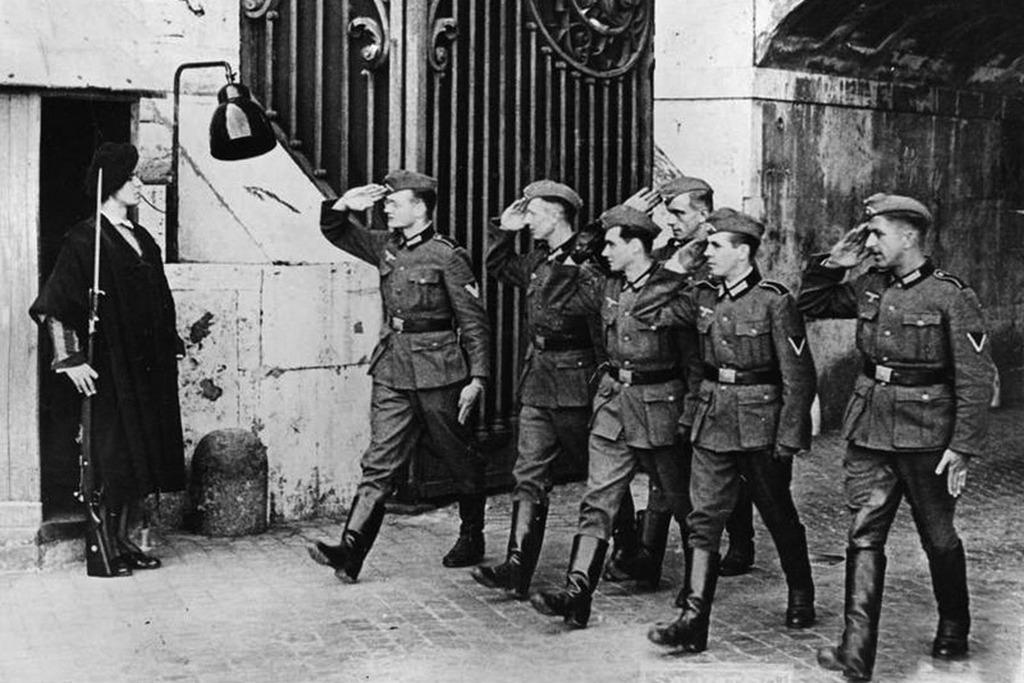 1943_nemet_katonak_tisztelegnek_a_vatikani_papai_orsegnek.jpeg