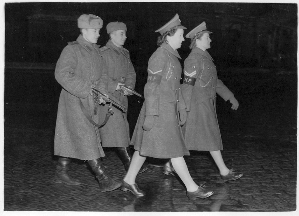 1946_szovjet_katonak_brit_katonai_rendornokkel_kozos_jarorben_a_negy_hatalom_altal_megszallt_berlinben.jpeg