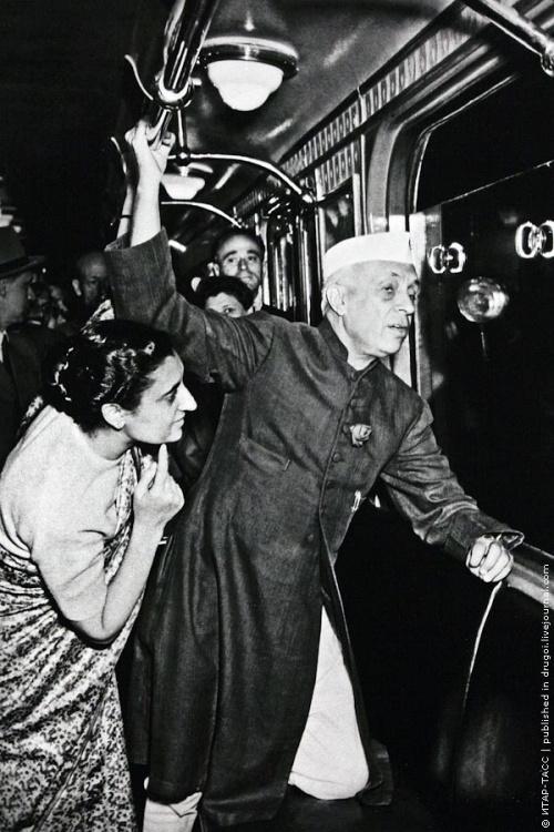 1955_indira_gandhi_es_nehru_a_moszkvai_metron.jpeg