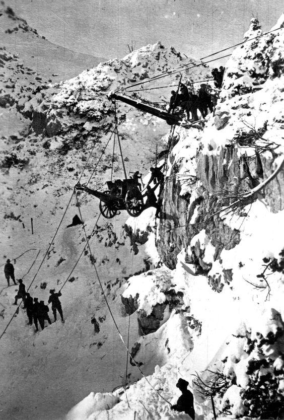 1914_olasz_csapatok_az_alpok_bercei_kozt_egy_loveg_szallitasa_kozben.jpg