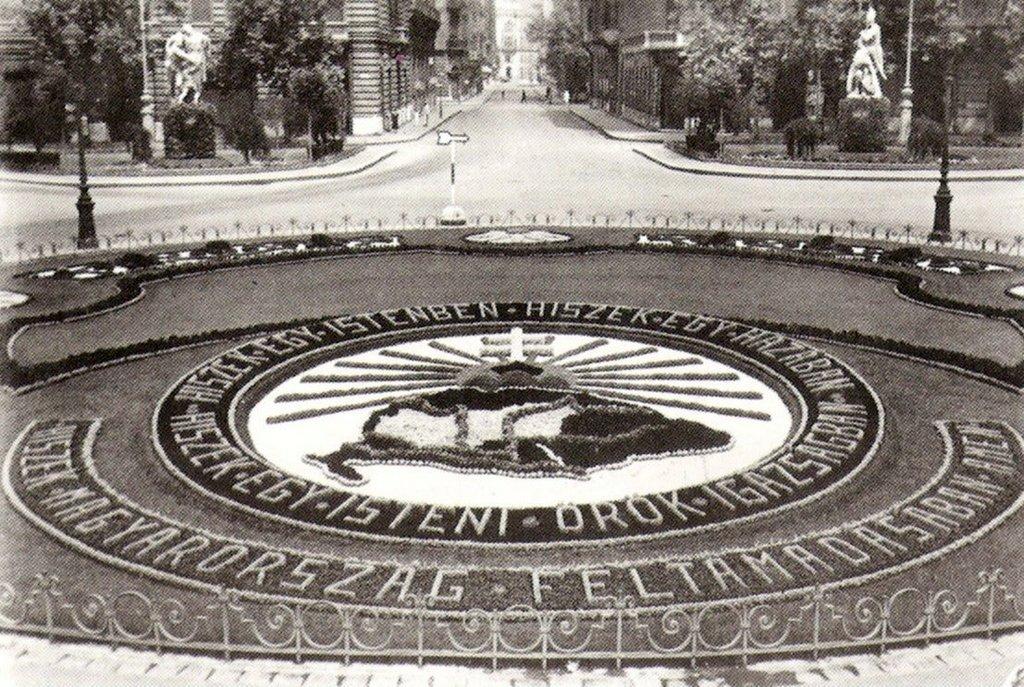 1930-as_evek_trianonra_emlekezteto_irredenta_kertmuveszet_a_szabadsag_teren_cr.jpg