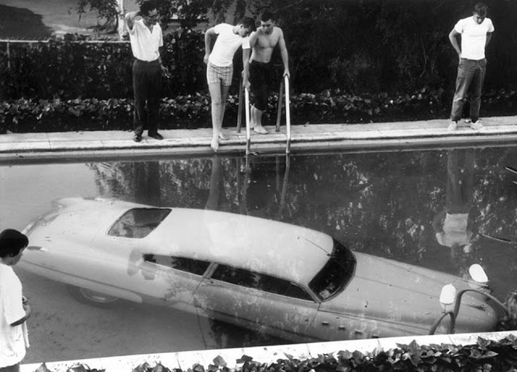 1961_reszeg_sofor_egy_udvari_medencebe_hajtott_beverly_hills_kalifornia.jpg
