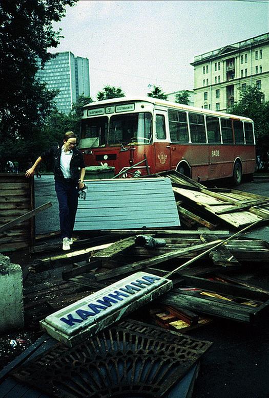 1991_augusztus_buszvezeto_bontja_az_elhagyott_barikadot_a_moszkvai_kalinyin_proszpekt-en_az_augusztusi_esemenyekben_a_gobacsov-ellenes_erok_megprobaltak_magukhoz_ragadni_a_hatalmat_hogy_megakadalyozzak_a_szu_szeteseset.png