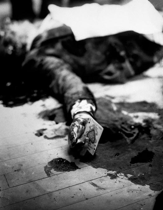 1931_az_ismert_alvilagi_maffiafonok_joe_masseria_holtteste_merenylete_utan_meg_mindig_kezeben_tartva_a_pikk_aszt.jpg