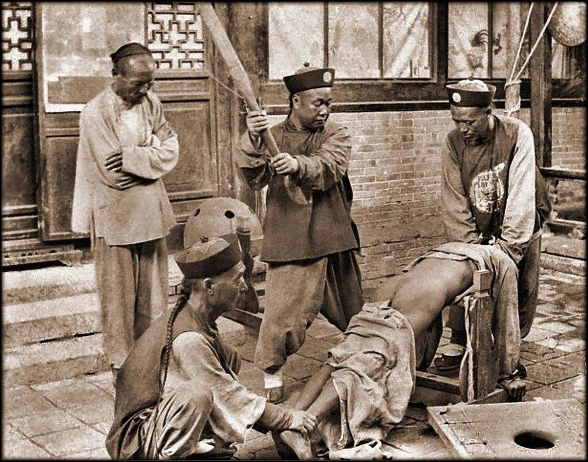 1903_korul_a_csing-dinasztia_idejen_utcai_buntetesvegrehajtok_munkaban.jpg