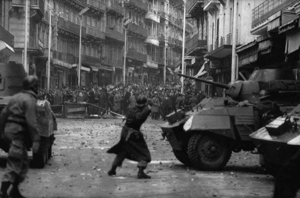 1960_december_11_francia_gyarmati_erok_tartjak_vissza_az_algeria_fuggetlensegert_tuntetoket.jpg