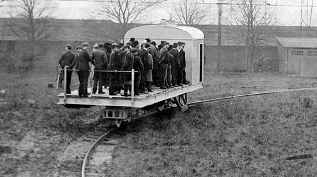 1909_louis_brennan_feltalalo_elso_nagymeretu_mukodo_giroszkopikus_egysinu-prototipusa_a_gyarudvaron_32_embert_szallit.jpg