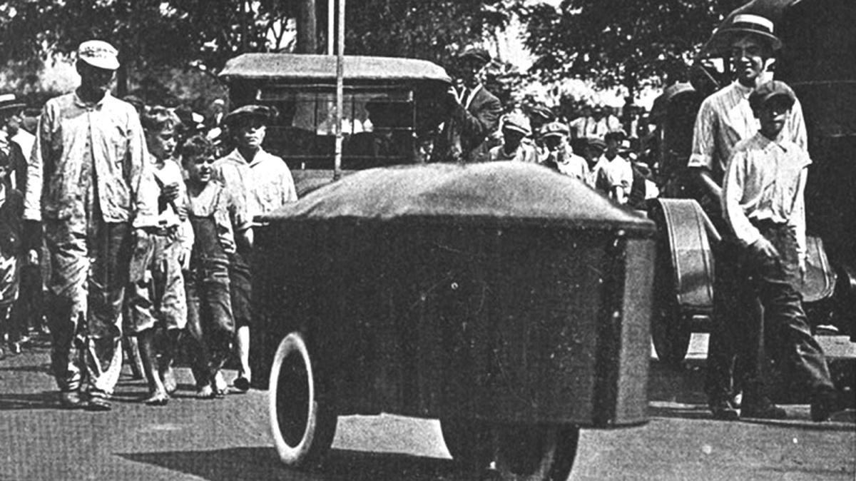 1921_dayton_ohio_az_elso_radiotaviranyitasu_kocsi_az_rca_mutatta_be_az_akkumulatorokkal_meghajtott_eletromotoros_szerkezetet.jpeg