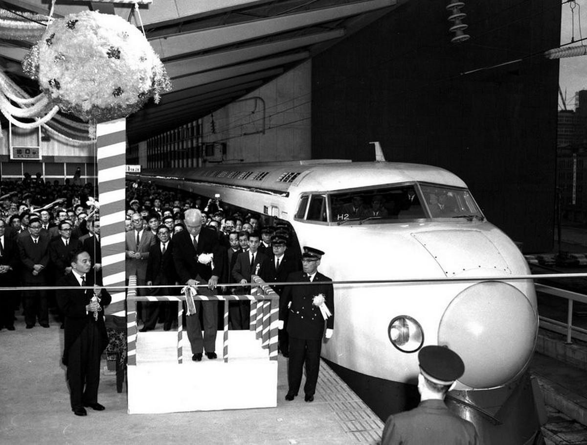 1964_oktober_1_az_elso_nagysebessegu_sinkanzen_vonat_uzembe_helyezese_japanban.jpeg
