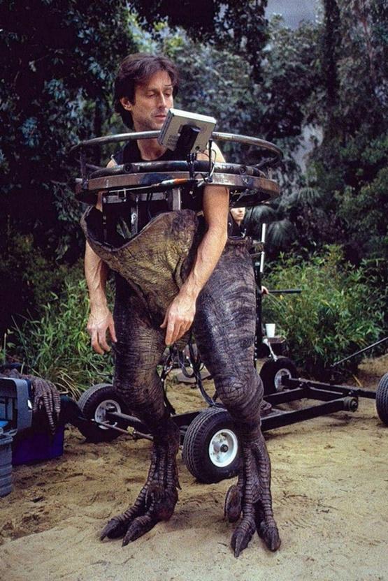 1992_a_jurassic_park_forgatasan_keszult_kep_amin_lathato_az_egyik_oshullot_iranyito_technikus.jpeg