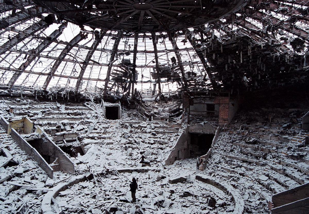 2000_februar_a_csecsenfoldi_groznij_cirkuszepulete_romokban_az_orosz_bombazasok_utan_a_haboru_tovabbi_nyolc_evig_folytatodott.jpeg