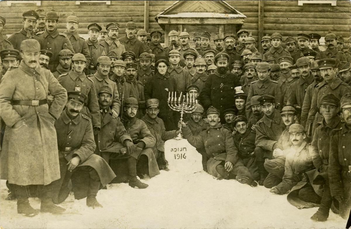 1916_decembere_zsido_nemet_katonak_unneplik_a_hanukat_a_harcter_kozeleben.png