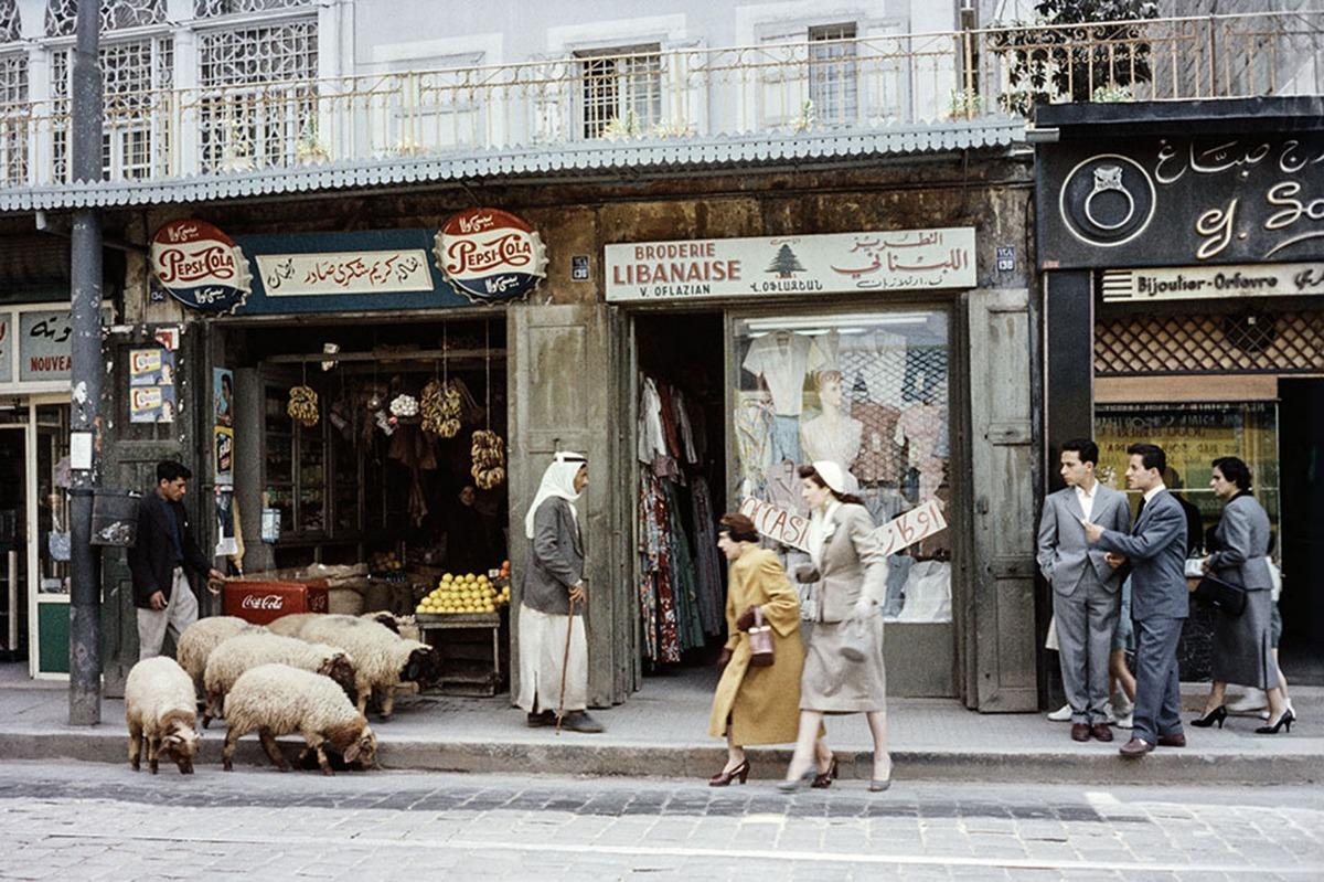 1957_arab_pasztor_juhaival_egy_forgalmas_bejruti_libanon_utcan.jpeg