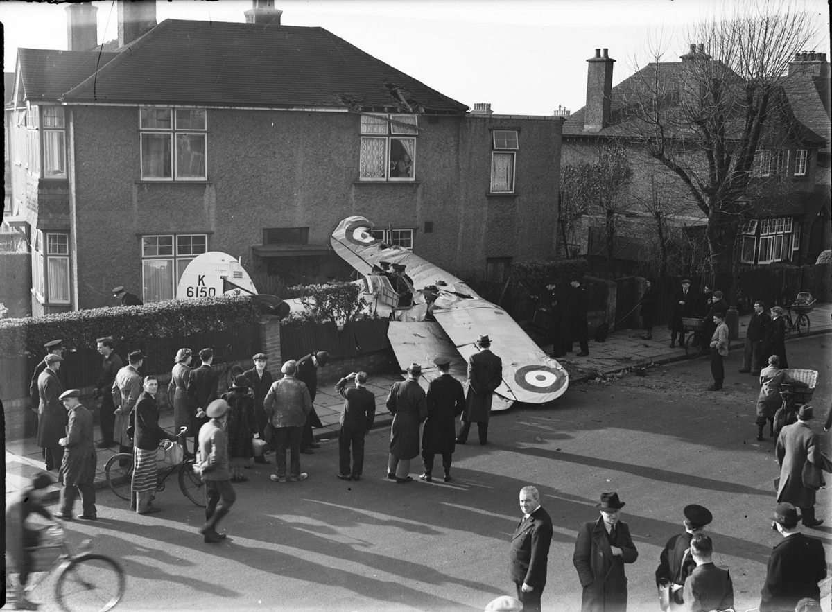 1938_a_brit_kiralyi_legiero_lezuhant_gloster_gladiator_mk_i-ese_a_lyndhurst_uton_sussexben_a_pilota_kiugrott_a_becsapodas_elott.jpg