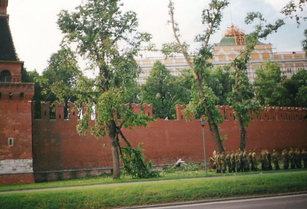 1998_a_moszkvai_kreml_egy_falszakasza_ledolve_egy_eros_szelvihar_utan_a_hatterben_a_nagy_kreml-palota_megrongalodott_tetejet_javitjak.png