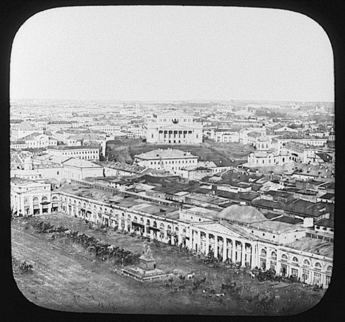 1860_kilatas_a_moszkvai_kreml_szpasszkaja-toronybol_a_voros_terre_es_a_balsoj_szinhazra.jpeg