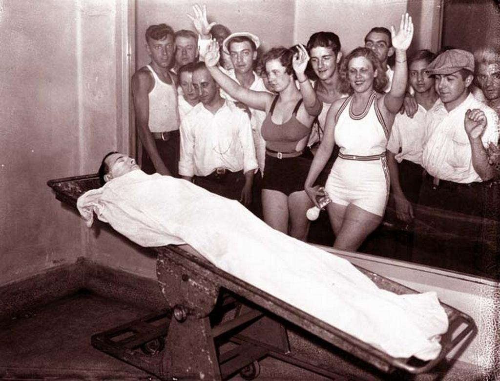 1934_chicago_john_dillinger_testet_a_hullahazban_es_a_latogatok_akik_szeretnek_latni.jpeg