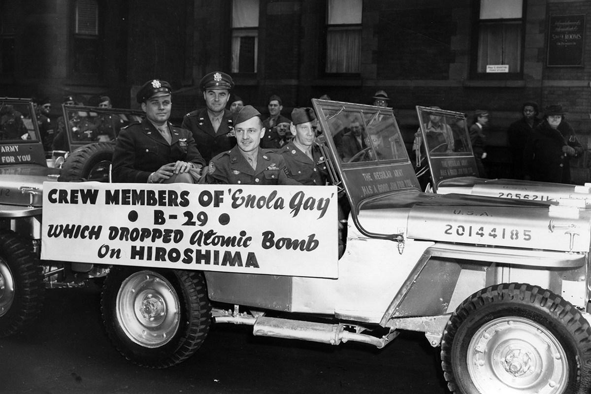 1946_a_legenyseg_a_bombazo_enola_gay_lovagol_keresztul_new_york_egy_katonai_parade_tiszteletere_a_haboru_vege_aprilis_12.jpeg