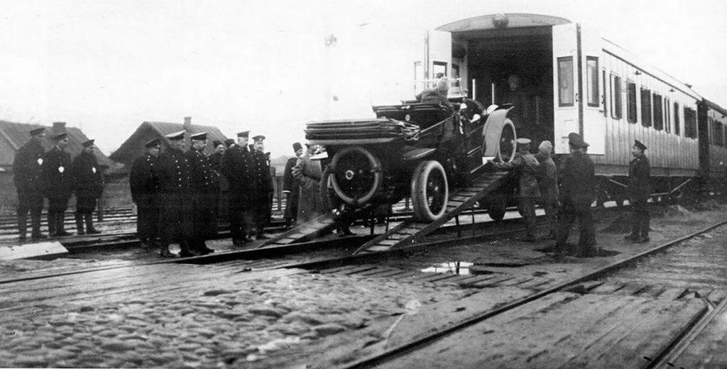 1910_ii_miklos_orosz_car_gepkocsijat_vasuton_is_lehetett_szallitani_a_kulon_erre_a_celra_epult_vagonban.jpeg