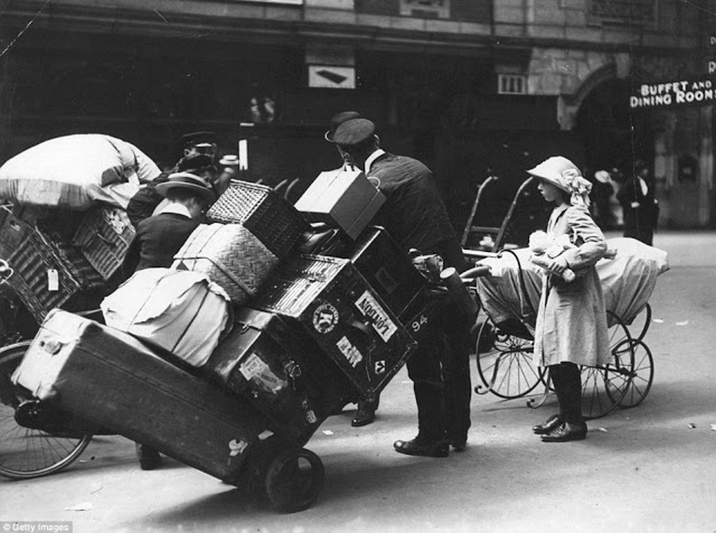 1913_porters_helping_holidaymakers_with_their_luggage_at_waterloo_station_london.jpg