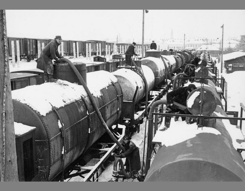 1940_szovjet_olaj_a_naci_hadigepezetnek_az_uzemenyag_atszivattyuzasa_nemet_tartalykocsikba_przemysl_lengyelorszag.png