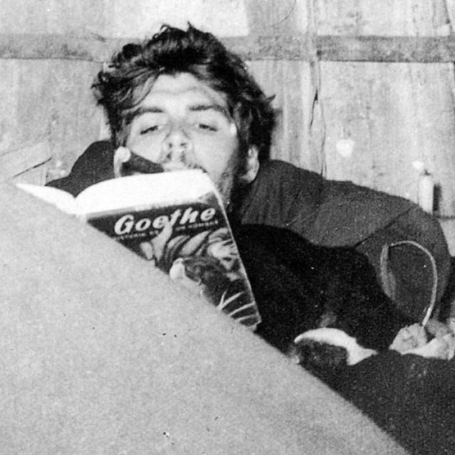1957_kuba_che_guevara_goethe-t_olvas.jpeg