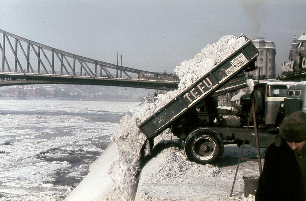 1970-es_evek_budapesti_tefu_teherautok_boritjak_a_dunaba_a_varosbol_eltakaritott_havat_a_szabadsag-hid_mellett.jpg