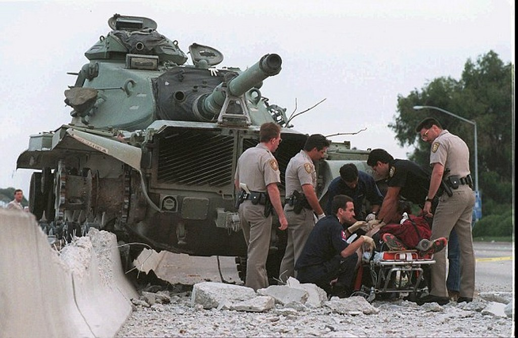 1995_majus_17_police_and_paramedics_tend_to_shawn_nelson_who_was_shot_by_police_after_he_stole_a_tank_from_a_national_guard_armory_san_diego_usa.jpg