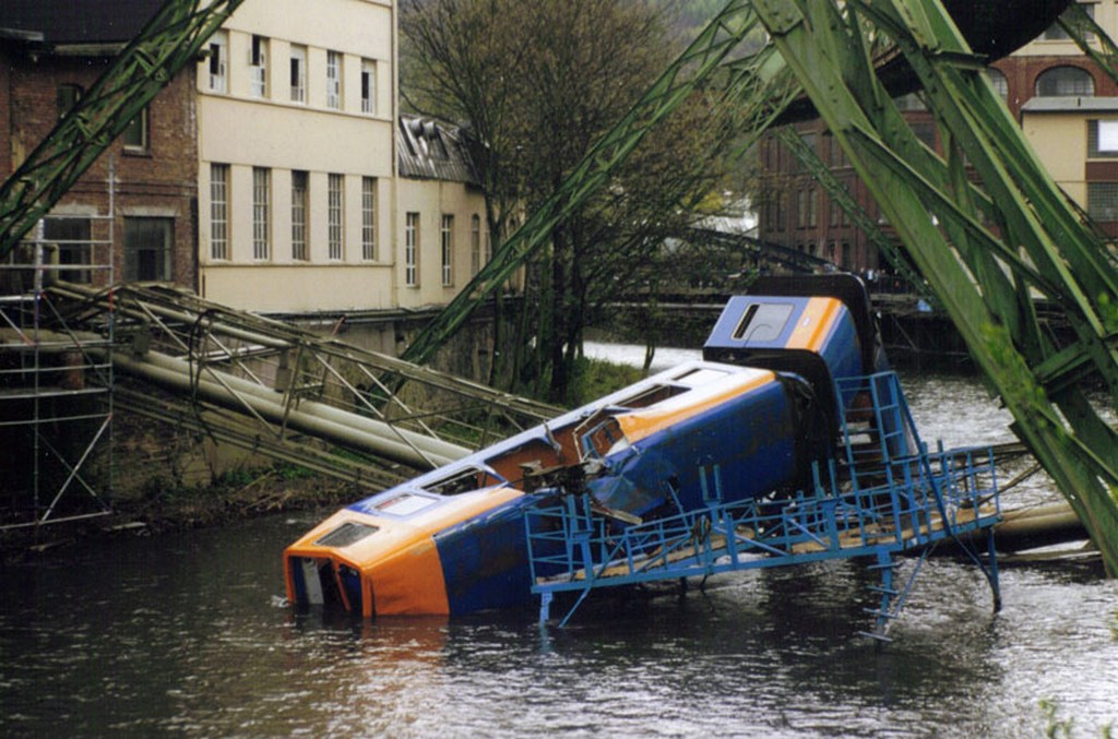 1999_accident_on_schwebebahn.jpg