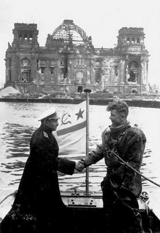1945_a_szovjet_haditengereszet_buvarjai_mentesitik_a_roncsoktol_es_teszik_ujra_hajozhatova_a_spree_folyot_berlinben.jpg