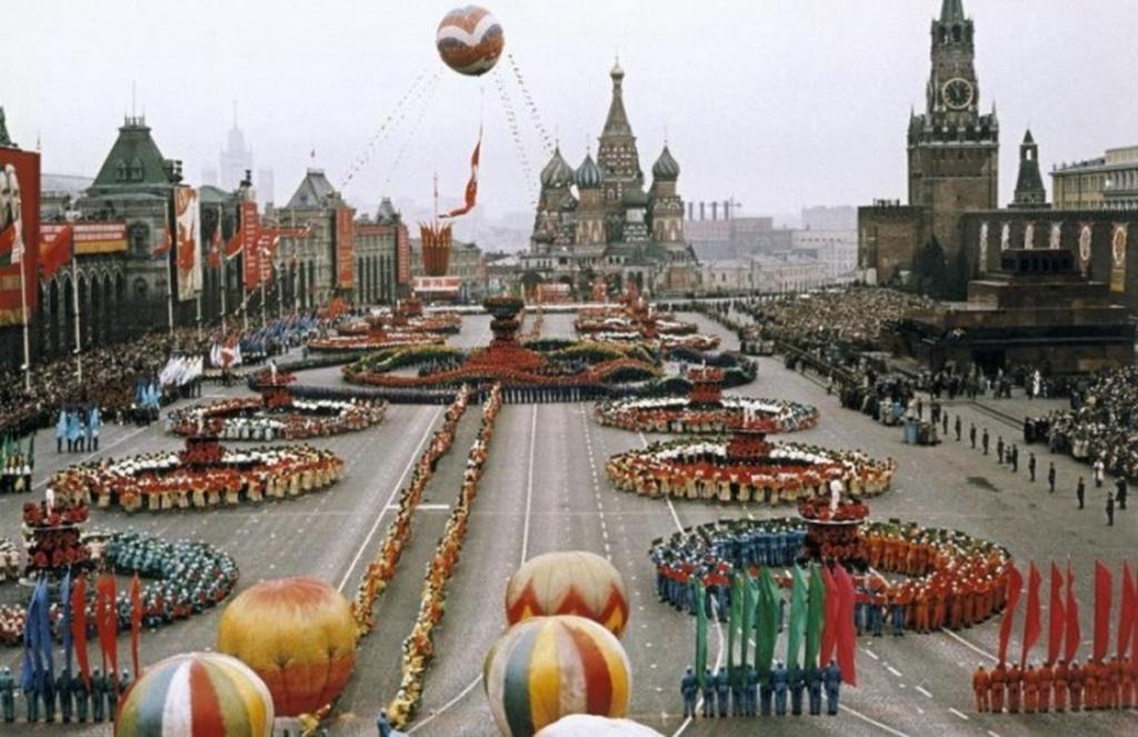 1959_szines_majus_elsejei_parade_a_moszkvai_voros_teren_a_sztalini_fagyos_idok_utan_a_hruscsovi_olvadas_jegyeben.jpeg
